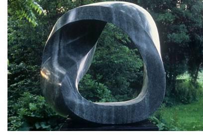 Banda de Möbius. Escultura en granito. Guy J. Bellaver.